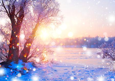 아름 다운 겨울 풍경 장면 눈이 덮여 나무와 얼음 강