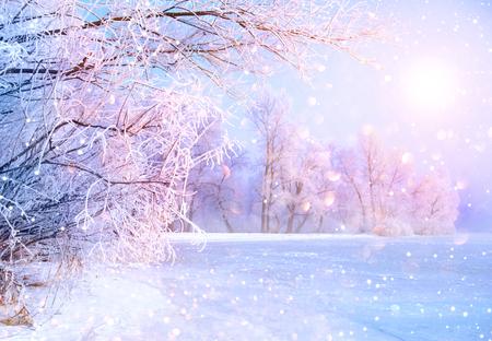 Belle scène de paysage d'hiver avec la neige a couvert des arbres et de la rivière de glace Banque d'images - 70349024