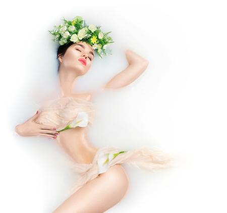 아름 다운 패션 모델 소녀 복용 우유 목욕, 스파 및 스킨 케어 개념