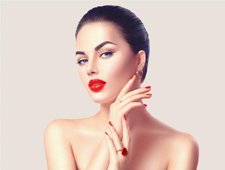 赤い唇と爪のクローズ アップでセクシーな女性。化粧の概念
