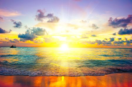 サンセットビーチ。カリブ海の島の楽園シーン