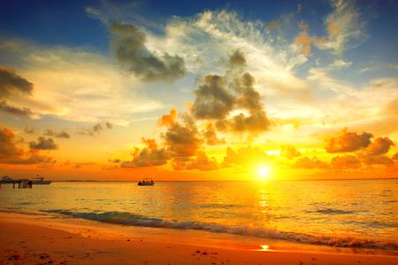 playa de la puesta del sol con el cielo hermoso paisaje. Viajes, vacaciones concepto de fondo