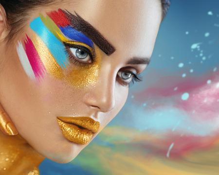 다채로운 추상적 인 메이크업 아름 다운 여자의 뷰티 패션 아트 초상화 스톡 콘텐츠