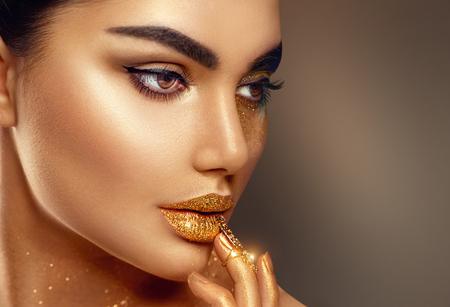 Fashion art gouden huid vrouw gezicht close-up portret Stockfoto