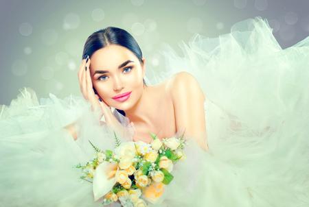 Model van de schoonheid bruid in bruidsjurk met lange sleep. Mooie verloofde in elegante witte trouwjurk