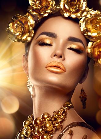 黄金の休日メイク。ゴールデン リースとネックレス。ファッション アート髪型、マニキュア、化粧