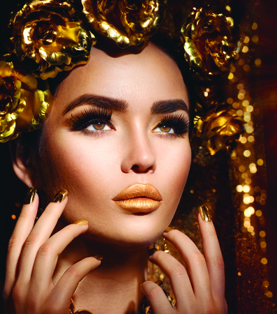 edelstenen: Golden vakantie make-up. Gouden krans en ketting. Fashion art kapsel, manicure en make-up Stockfoto