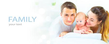 Glückliche junge Familie. Vater, Mutter und ihr Neugeborenes. Elternschaft Konzept
