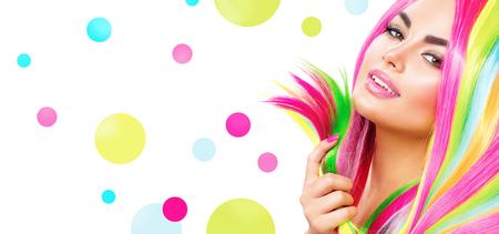 tinte cabello: Retrato de niña de belleza con maquillaje colorido, pelo y esmalte de uñas