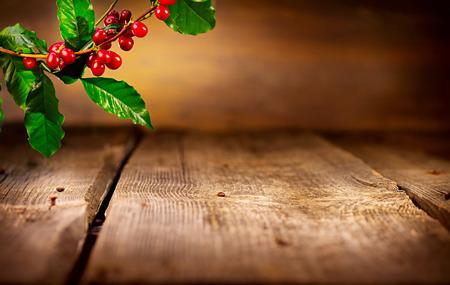 Koffie achtergrond. Echte koffieplant op houten tafel