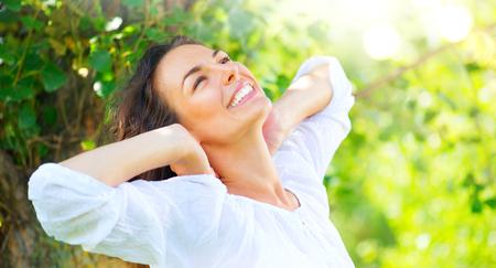 Schoonheid jonge vrouw genieten van de natuur in zomer park Stockfoto