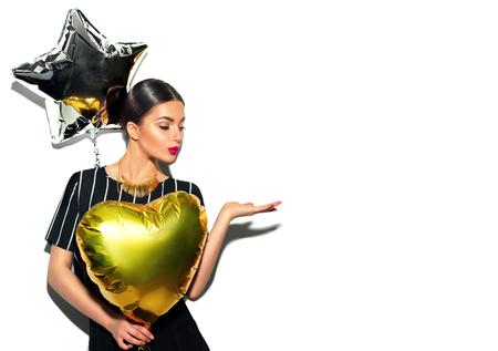 Belle fille modèle avec des ballons colorés montrant une copie vide sur la main ouverte pour le texte Banque d'images - 80238011