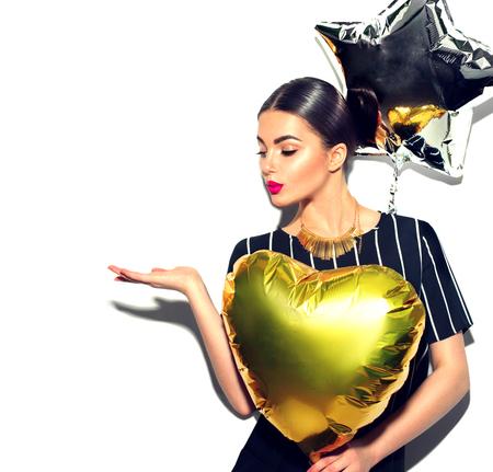 Schoonheidsmodel meisje met kleurrijke ballonnen met lege kopie ruimte op open handpalm voor tekst