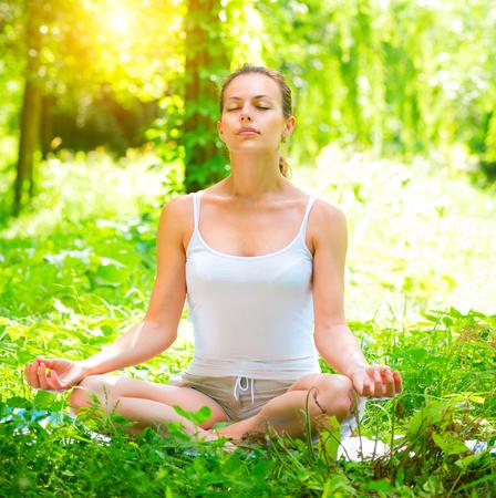 ヨガ。屋外ヨガの練習を行う若い女性。瞑想