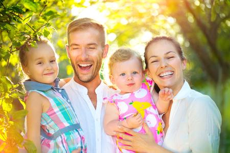 Felice giovane famiglia felice con bambini piccoli divertirsi all'aperto Archivio Fotografico - 80688544