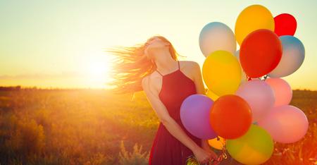 澄んだ空にカラフルな気球と夏の畑にロマンチックな美少女
