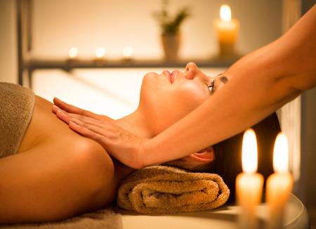Spa. Mujer morena de belleza disfrutando relajante masaje corporal en salón de spa Foto de archivo