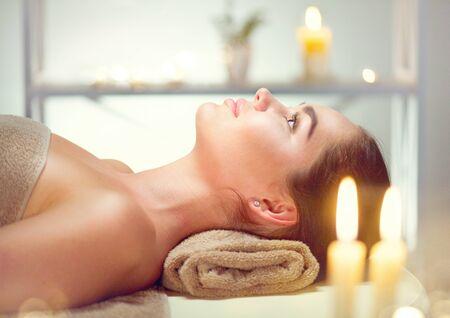 Spa. Belleza morena mujer relajante en el salón de spa