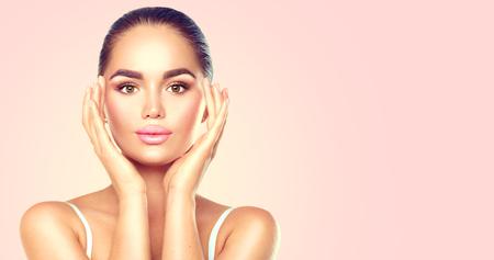 Beauty brunette spa vrouw aan het raken van haar gezicht. Huidverzorging concept