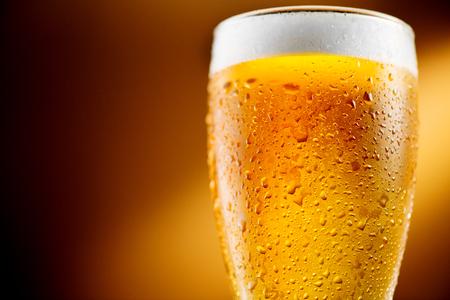 맥주. 차가운 공예 맥주 물 방울과 유리
