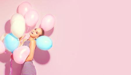 Belleza alegre adolescente con globos coloridos divirtiéndose Foto de archivo - 84326563