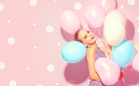 Schoonheid blije tiener met kleurrijke luchtballonnen plezier