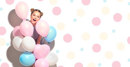Schoonheids blije tiener met kleurrijke luchtballons die die pret hebben op wit wordt geïsoleerd