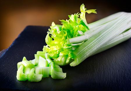 セロリ。スレートのテーブルに新鮮な有機緑色のセロリのクローズ アップ
