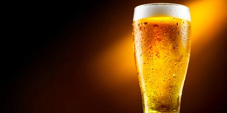 ビール。水で冷たいビールのガラスを削除します。黒い背景に分離したクラフト ビール