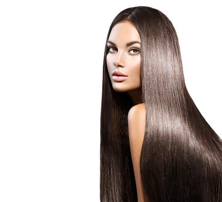 Prachtig lang haar. Schoonheidsvrouw met recht zwart haar dat op wit wordt geïsoleerd