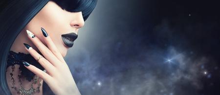 トレンディなゴシック黒髪型、化粧、マニキュアとファッション ハロウィーン モデルの女の子 写真素材