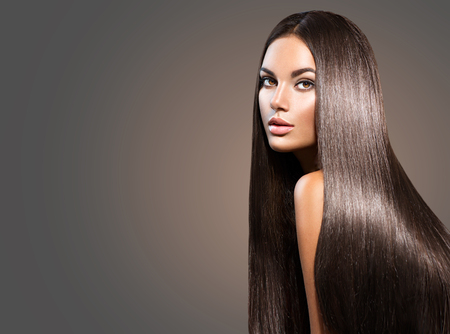 Beautiful long hair. Beauty woman with straight black hair on dark background Banque d'images