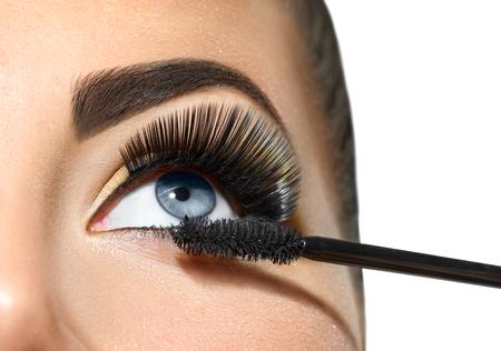 長いまつ毛のクローズ アップ。美しい女性の瞳にマスカラーを適用します。化粧