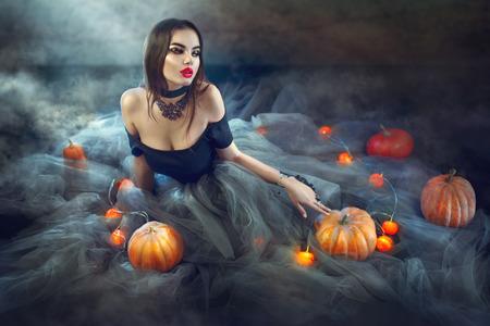 섹시 할로윈 마녀 호박과 마법의 불빛과 함께 스톡 콘텐츠