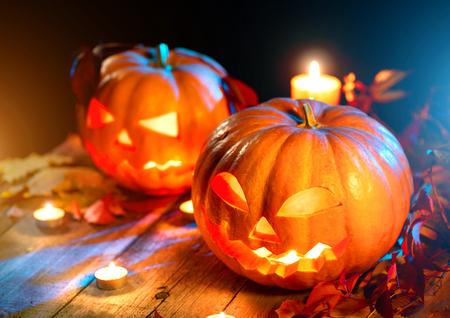 Halloween dyni głowy jack latarnia z płonących świec nad drewnianym tle
