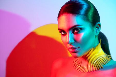 Modella donna modello in luci colorate luminose posa. Ritratto di bella ragazza sexy con trucco alla moda Archivio Fotografico - 88170754