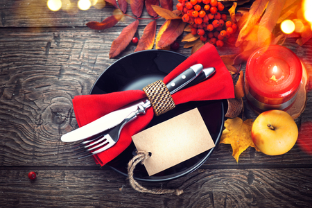 arandanos rojos: Cena de Acción de Gracias. Mesa de madera de acción de Gracias servido, decorado con brillantes hojas de otoño