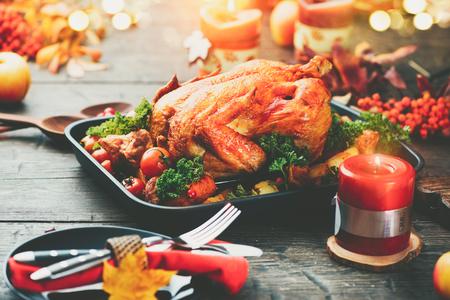 arandanos rojos: Acción de gracias. Cena de vacaciones Mesa servida con pavo asado