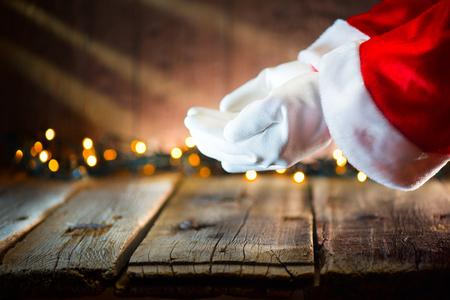 크리스마스 장면. 산타 클로스 텍스트 복사 공간 손바닥에 빈 복사본 공간을 표시합니다. 제안 제품