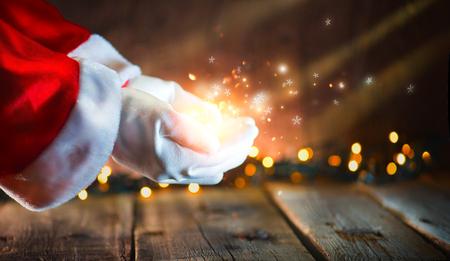 크리스마스 장면. 산타 클로스 빛나는 별과 마법의 먼지 열려 손에 게재. 제안 제품