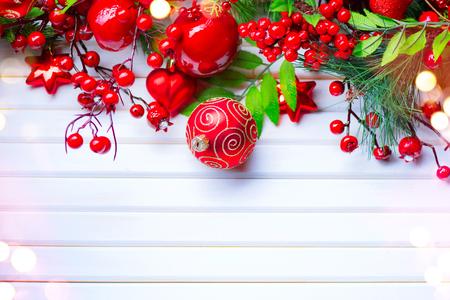 Décoration de Noël et du nouvel an sur fond de bois blanc. Design d'art frontière Banque d'images - 88923008
