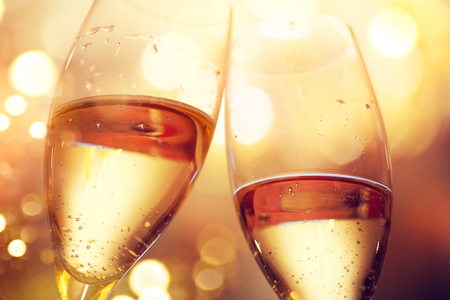 Weihnachts- und Neujahrsfeier mit Champagner. Zwei Champagnergläser Standard-Bild - 89772453