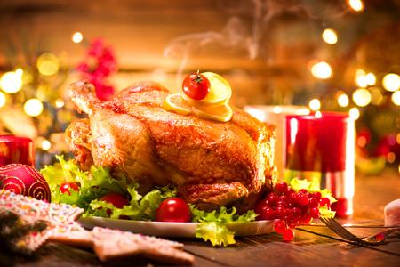 크리스마스 휴가 저녁. 구운 칠면조와 함께 제공되는 테이블