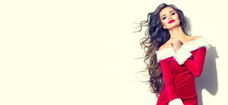 Kerstmis schoonheid model meisje. Sexy donkerbruine jonge vrouw die rode santakleding draagt