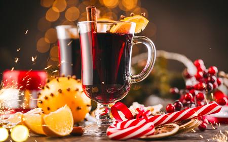 Vin chaud traditionnel de Noël sur la table décorée de vacances