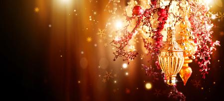 クリスマスと新年の黄金の装飾。抽象的な休日背景を点滅させる 写真素材