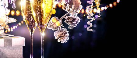 Scène de Noël. Flûtes avec champagne mousseux sur fond de vacances