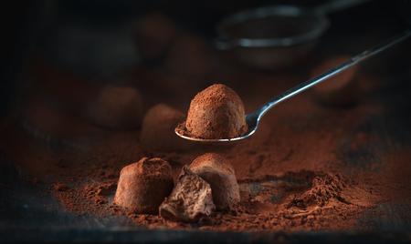 Trufas de chocolate. Dulces caseros de trufas con chocolate y cacao en polvo. Foto de archivo