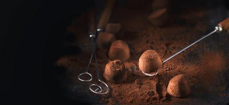 Chocolade truffels. Zelfgemaakte verse truffel chocoladesuikergoed met cacaopoeder