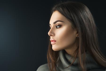 ファッションモデルブルネットの女の子。プロのメイクを持つ若い女性の美しさの肖像画 写真素材
